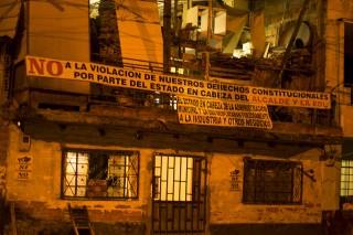 Manta en El Naranjal que denuncia violaciones a los derechos humanos por desplazamiento forzoso.