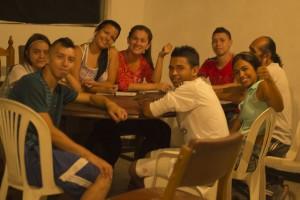 Jóvenes de El Naranjal a quienes quieren desalojar por medio del Plan de Renovación Urbana.