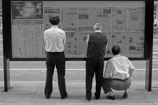 People_are_reading_newspaper_on_the_street (1)_opt